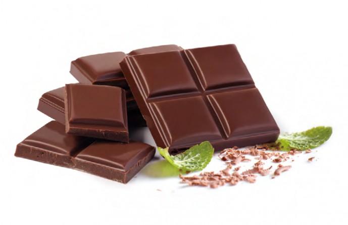 초콜릿을 제작할 때 설탕 대신 인공 감미료를 이용할 수 있다. 사진은 CJ제일제당에서 자사의 대체 감미료 알룰로스로 만들어본 초콜릿이다. CJ제일제당은 설탕으로 제작한 초콜릿보다 열량을 28% 절감했으며, 풍미가 좋은 다크 초콜릿에 잘 어울린다고 밝혔다. - CJ제일제당 제공